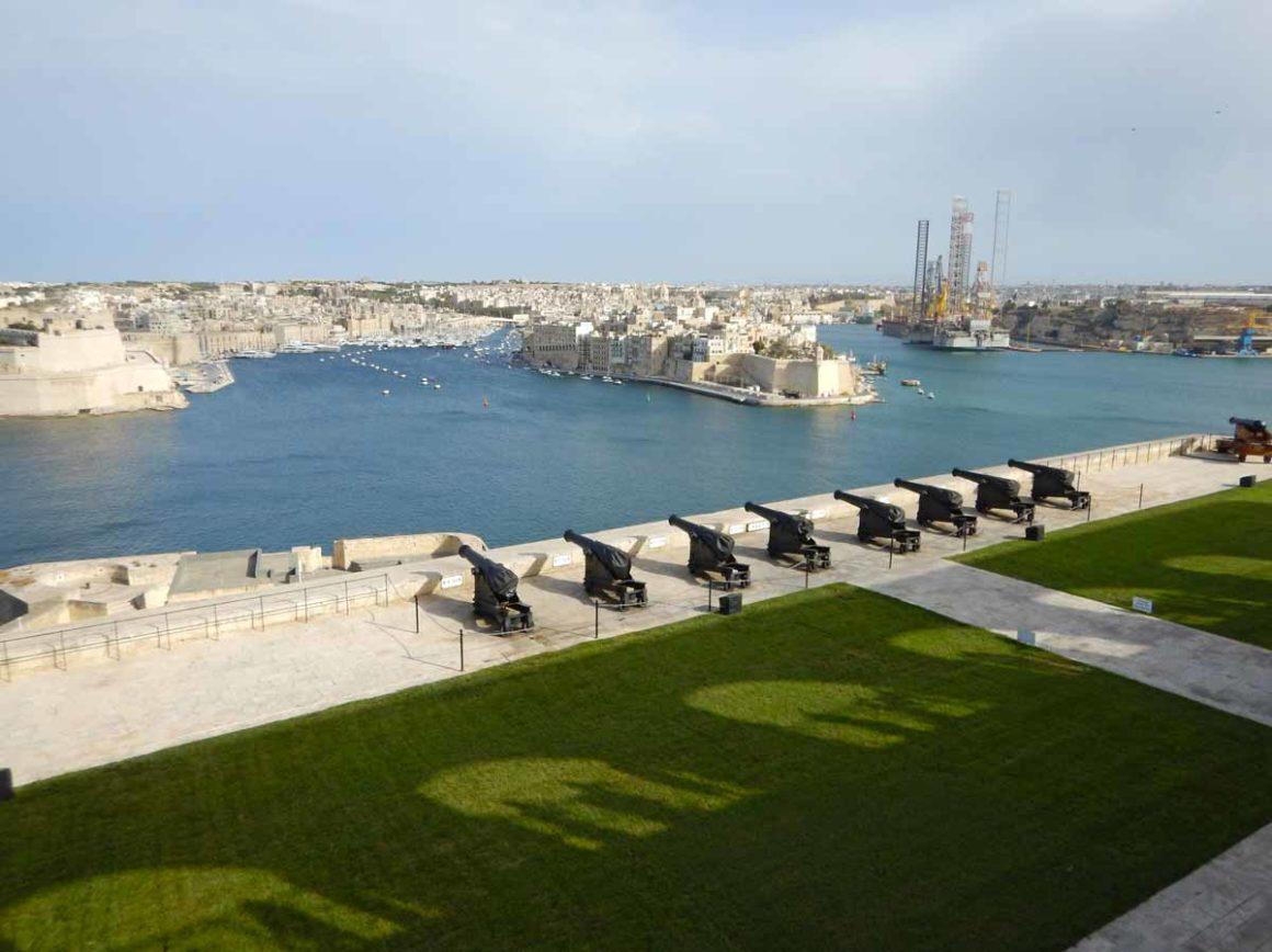 Curiosità su Malta e Gozo: cannoni sugli Upper Barrakka Gardens a La Valletta, Malta