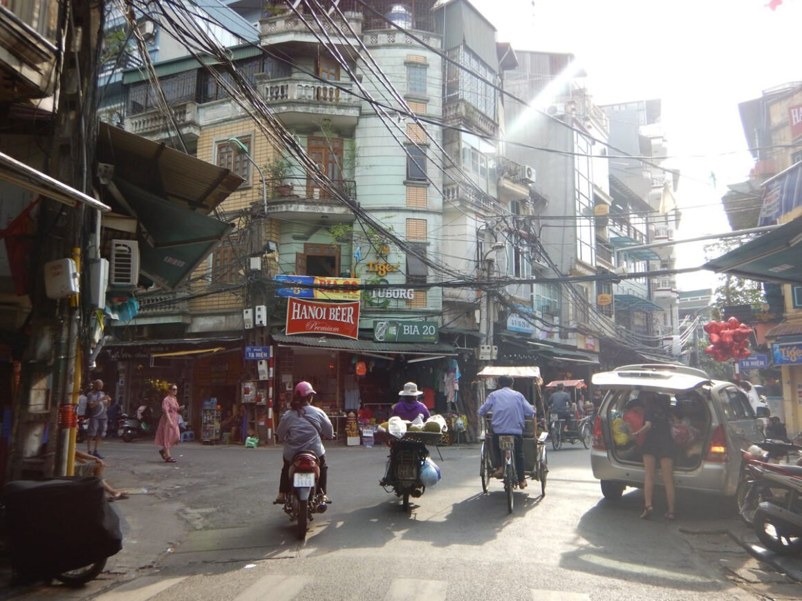 Motorini e cyclo nel centro storico di Hanoi, Vietnam