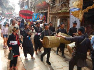 Corteo al festival Gai Jatra a Bhaktapur, Nepal