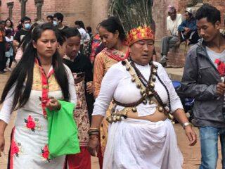 Stregone-guaritore Tamang in abiti tradizionali a Patan