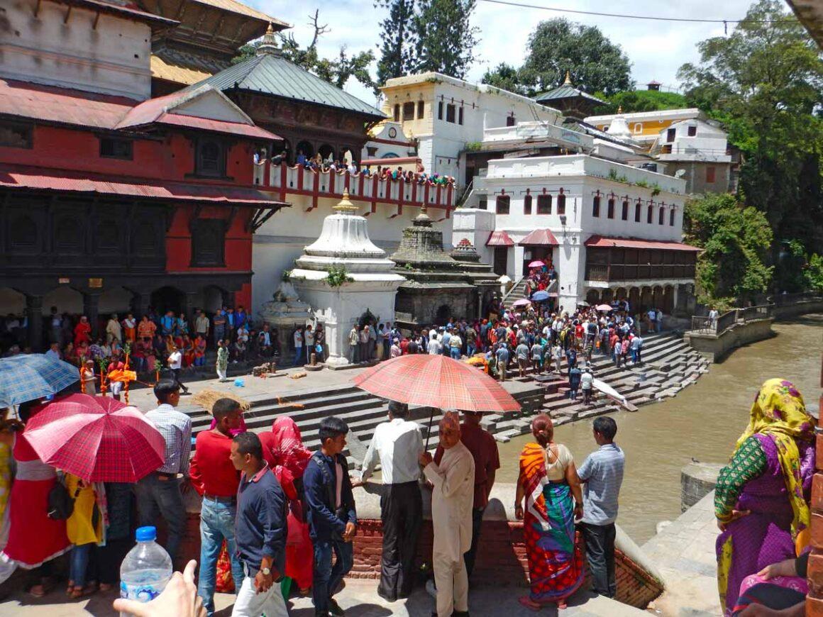Cerimonia funebre al tempio induista Pashupatinath a Kathmandu