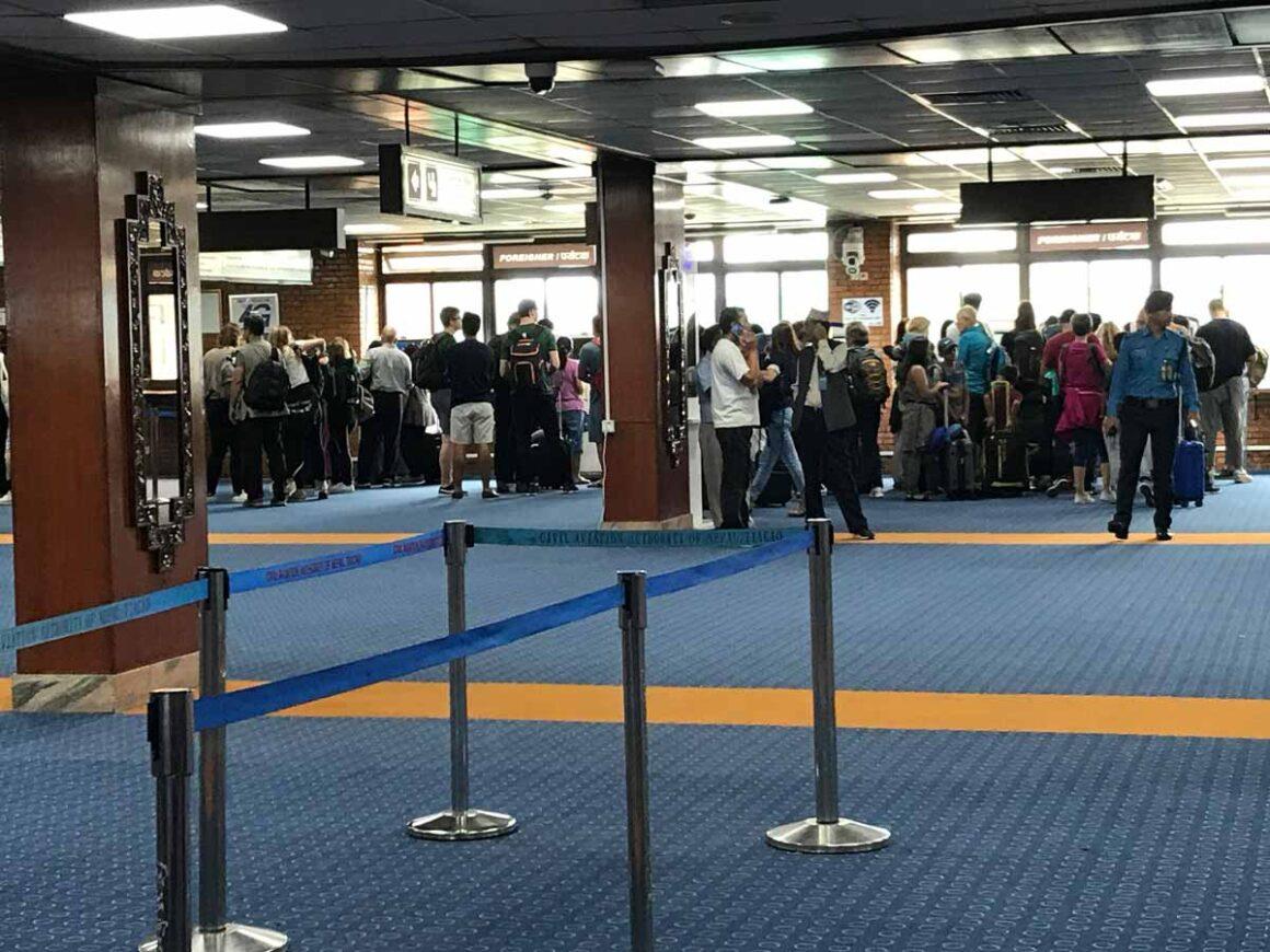 Coda per i moduli del visto in aeroporto a Kathmandu, Nepal