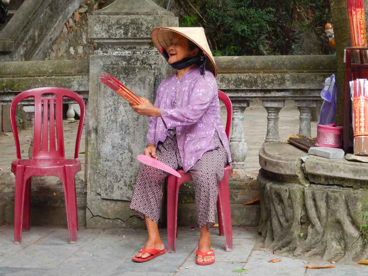 Elimeli blog di viaggi Anziana signora che vende incenso, Vietnam