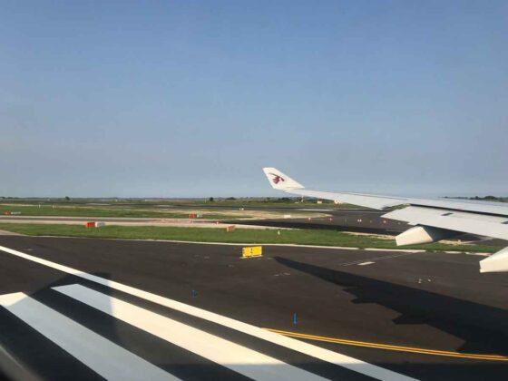 Rinnovo del passaporto prima della partenza: aereo su pista di decollo