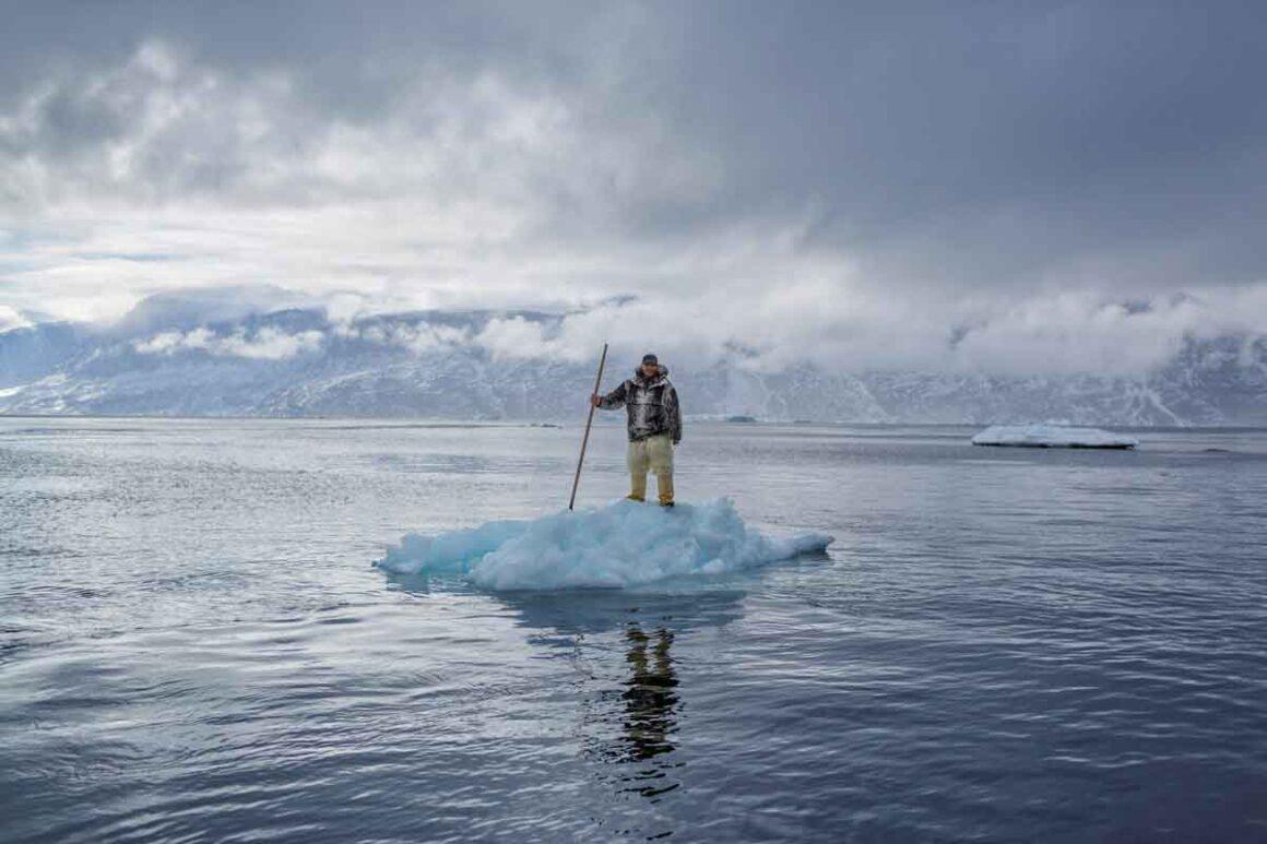 Cacciatore in piedi su piccolo iceberg foto Ciril Jazbec per National Geographic