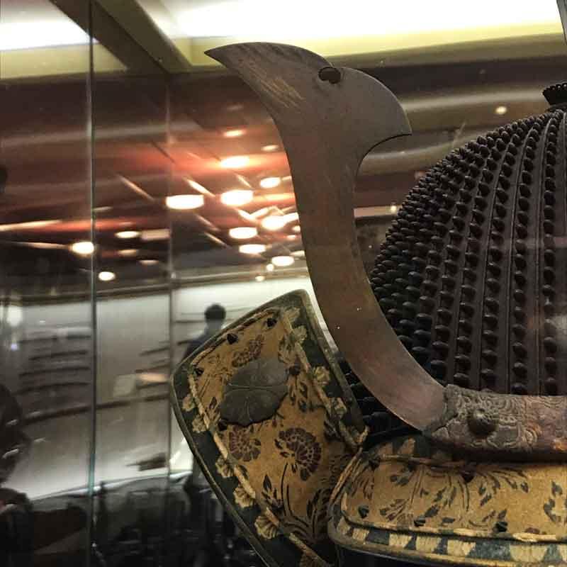 Dettaglio dell'elmo dell'armatura giapponese esposta al Museo di Trieste