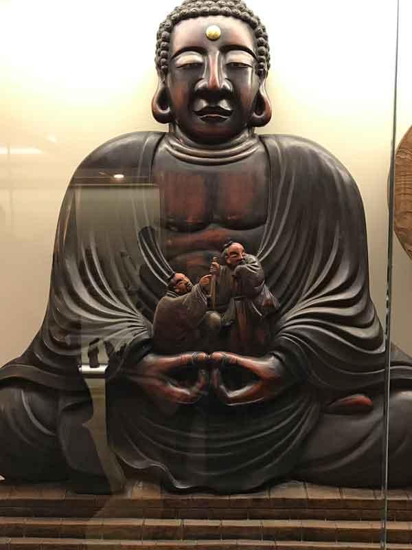 Scultura in legno esposta a Trieste che raffigura il grande Buddha di Kamakura