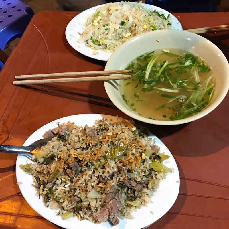 Cucina vietnamita: Fried rice con carne, verdure e cipolla essiccata