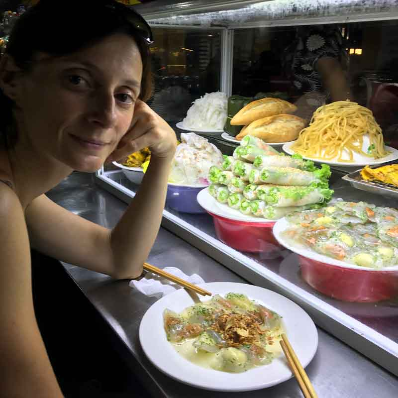 "Cucina vietnamita Banh Bao Vac, ""rose bianche"" con gamberetti"